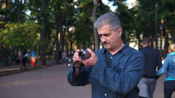 Fotograf Mann nehmen Foto auf spiegellose Kamera