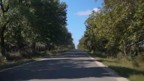 Jízdy po dálnici. Asfaltové silnici mezi zemědělskými poli a automobilům. Pohled zepředu.