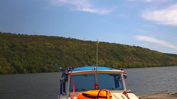 das am Ufer des Flusses verankerte Fischerboot