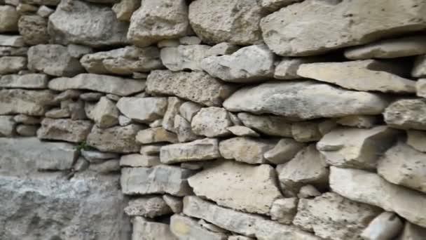 Struktura kamenné zdi. Starý hrad kámen zeď textura pozadí. Kamenná stěna jako pozadí nebo textura. Kamera se pohybuje.