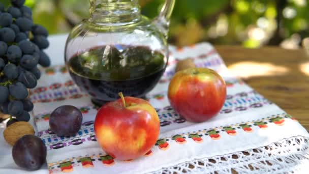 Zátiší s košíkem s hrozny a víno. Podzimní ovoce, Steadicam zastřelil.