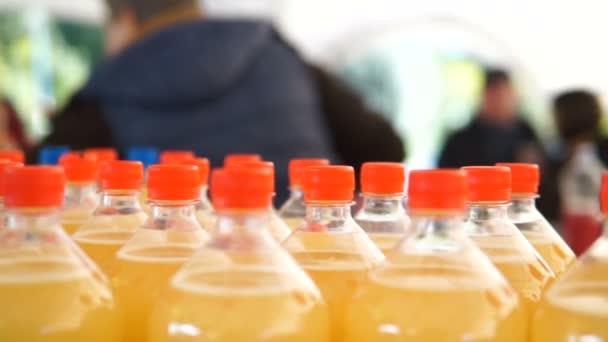die Förderbandproduktion von Saft in Plastikflaschen für Heimtiere.