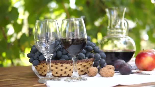 Zátiší s košíkem s hrozny a víno. Podzimní ovoce, Steadicam zastřelil