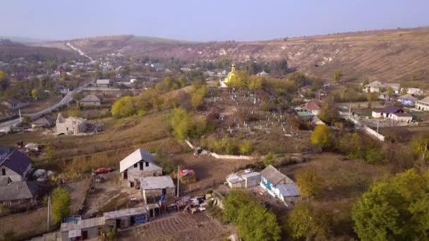 Fotoaparát letu nad malé vesnice. Podzimní krajina. Moldavská republika. Evropa