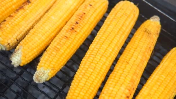 Zblízka chutné grilované kukuřice na gril bbq. Street food festivalu.