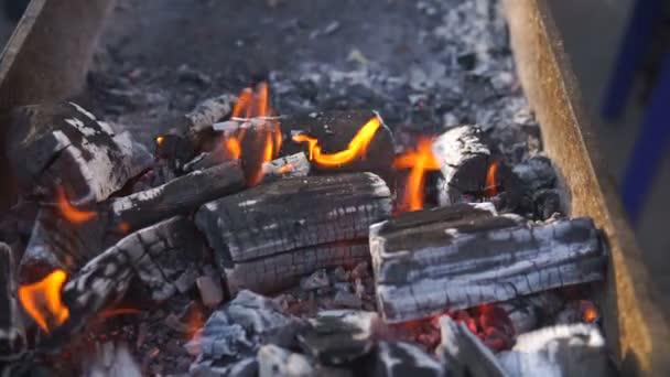Hořící oheň a světlé uhlí. Požární pozadí