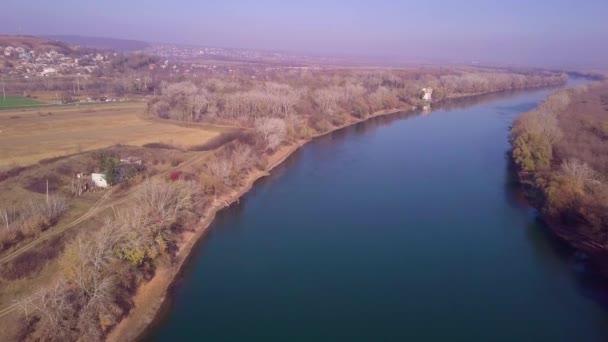 Pomalé dron letu nad modré řeky a zemědělské pozemky. Dněstr řeka, Moldavsko republikou. 4 k ptačí perspektiva