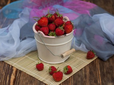 Red strawberies in bowl