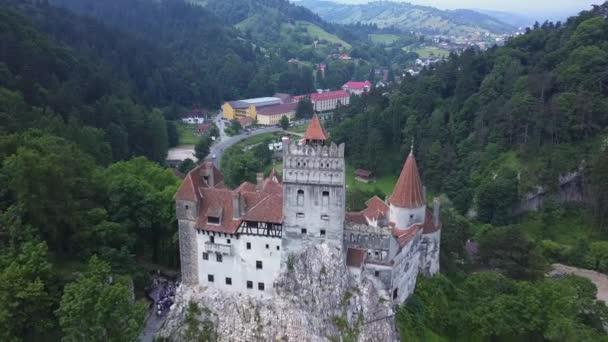 Letecký pohled na otrub Castle, mystické místo, středověký hrad, známý také jako Drákulův hrad v Brasově v Transylvánii