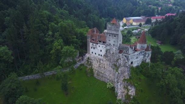 Légi panoráma kilátás a középkori Bran kastély, Drakula kastély Brassó, Erdély. Románia.