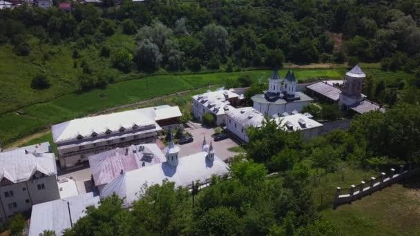 Letecký pohled na pravoslavný křesťanský klášter ve městě Slatina v Rumunsku. Klokochiovská Monastry.