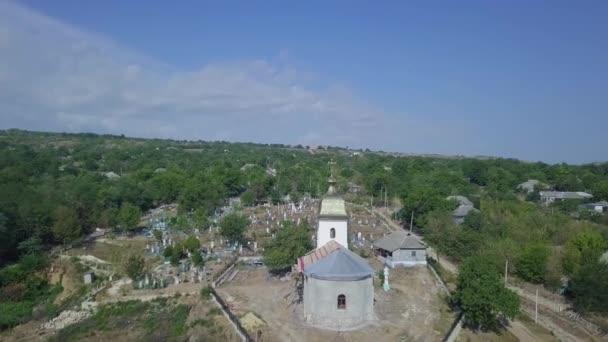 Letecký pohled na kostel v slunečný den