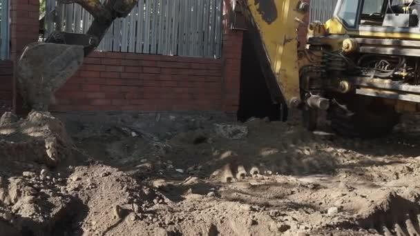 Bagger im Einsatz. Bagger gräbt einen Graben.