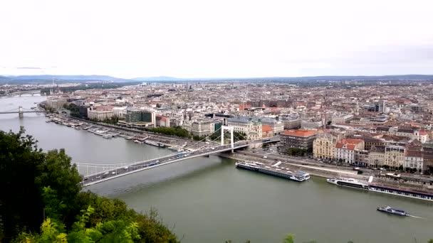 Letecký pohled na panorama Budapešti a Alžbětin most.