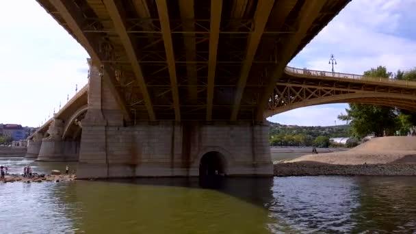 4 pohled k Margit mostu z lodi v centru Budapešti, Maďarsko.