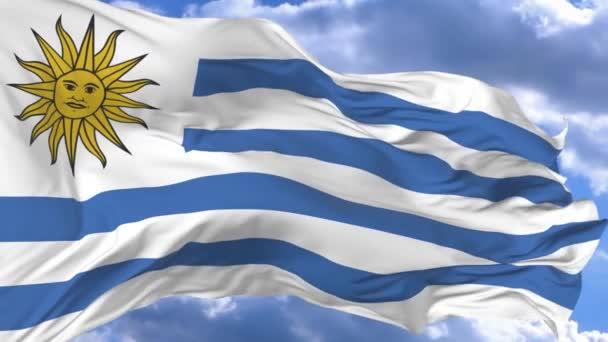 bandiera che ondeggia nel vento contro il cielo blu Uruguay
