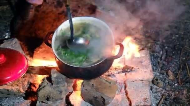 főzés halleves felett tűz éjjel a természetben
