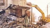 Fényképek Demolition house using excavator in city. Rebuilding process. Remove equipment.