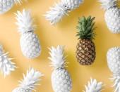 a sárga háttér fehér színű és tiszta ananász
