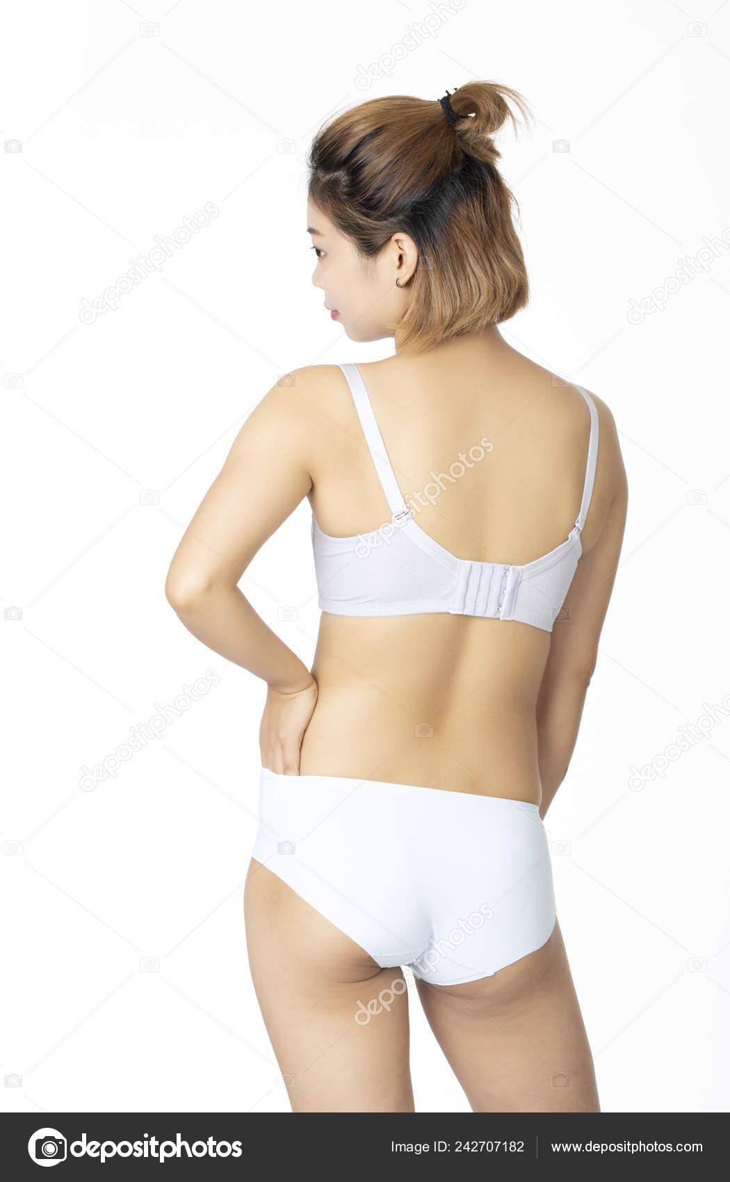 41933132109c Hermosa mujer China en un par de bragas blancas y sujetador aislado sobre  fondo blanco — Foto de dndavis