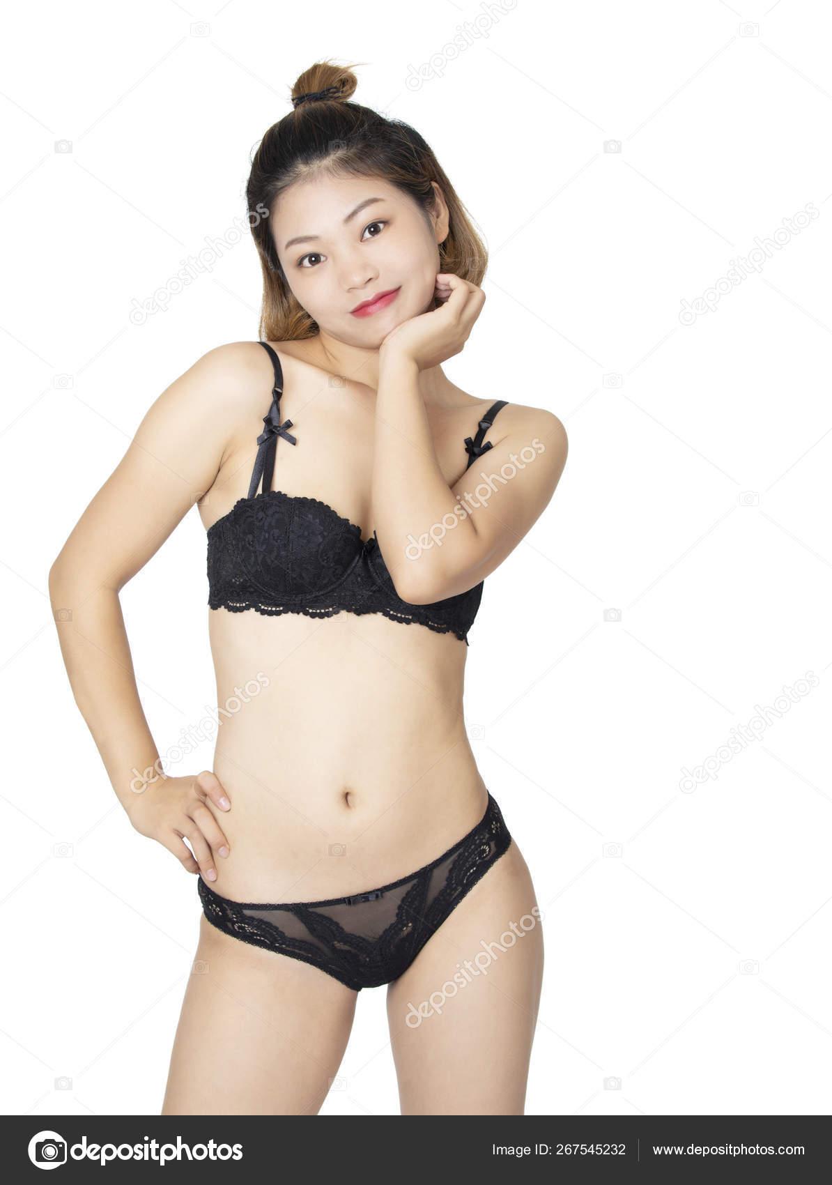 da109a05108d Hermosa mujer China en un par de bragas negras y sostén aislado sobre fondo  blanco. — Foto de dndavis