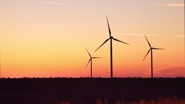 Windenergieanlagen auf Sonnenuntergang Himmelshintergrund, Energie Generator Natur freundlich.