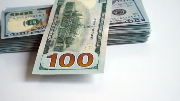 Zásobník americké dolarové bankovky hodil na stůl