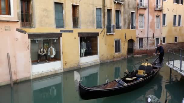 Klasické benátský kanál nebo kanál ulici s jezdeckým gondoly