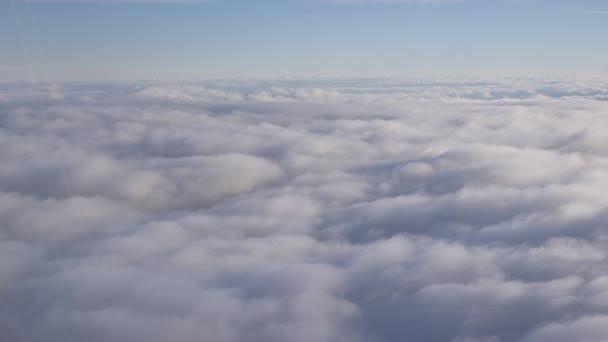 Úchvatné záběry nadhled nad mraky z letadla
