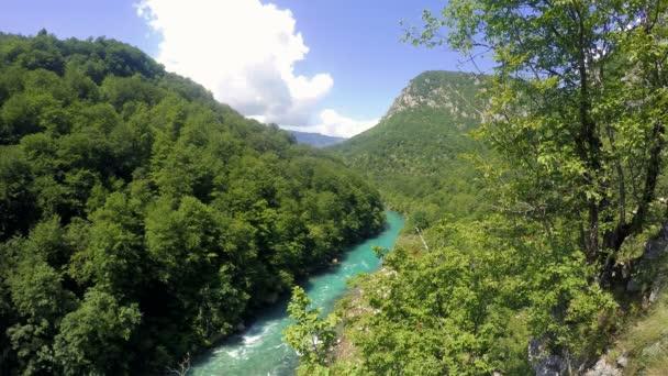 Horská řeka protékající kaňonem. Panoramatický pohled z toku řeky v horách. Horská krajina s řekou a Les