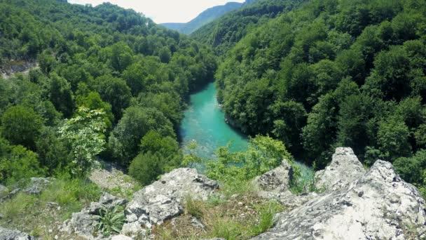 Panoramatický pohled z toku řeky v horách. Horská řeka protékající kaňonem. Horská krajina s řekou a Les
