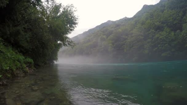 Malebný pohled na řeky, v lesích a horách. Proud řeky hory. Mlha nad vodou brzy ráno