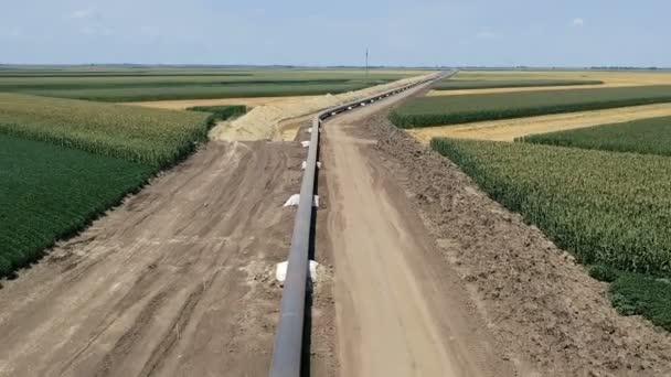 Überflug der Gaspipeline-Baustelle. Rohre werden auf stützende Sandsäcke neben dem Graben gelegt, verschweißt und die Schweißnähte mit Epoxid beschichtet, um Korrosion zu verhindern. Türkischer Strom. Pipeline im Bau.