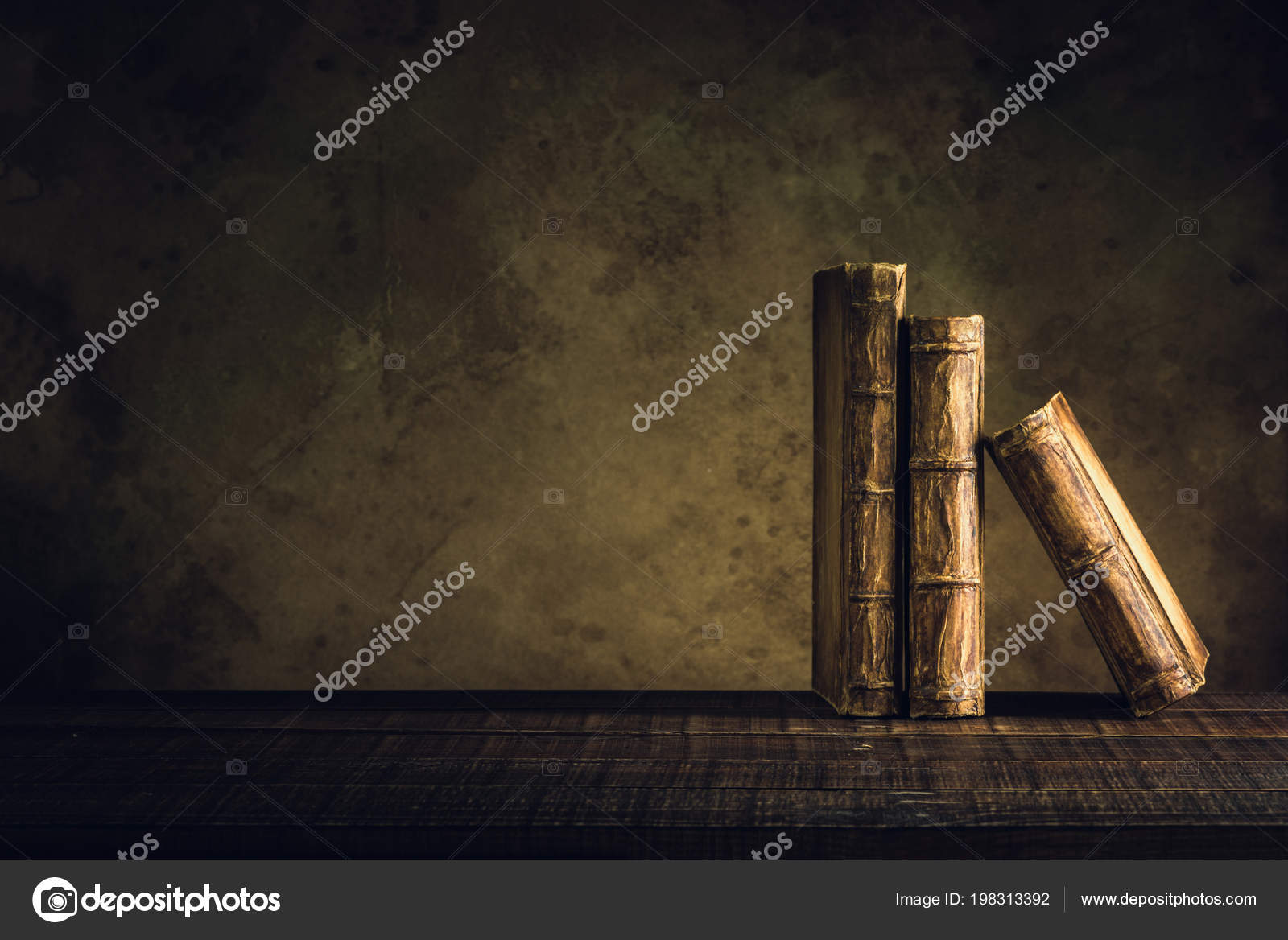 Fußboden Aus Packpapier ~ Alte bücher jahrgang auf fußboden aus holz und papier alter
