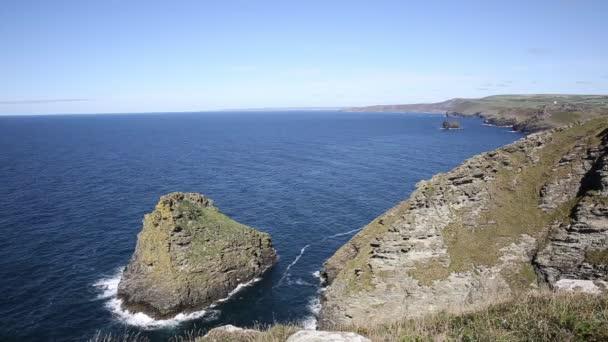 Pohled Severní Cornwall pobřeží směrem k Boscastle Tintagel krásné modré moře a obloha