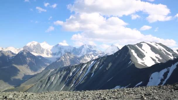 Kilátás a hegy tetején. Magas hegyek táj, a hegyek lélegzetelállító szépség.
