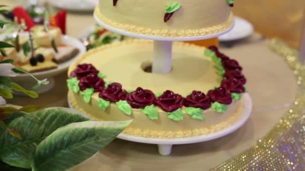 Auf dem Tisch der Braut und Bräutigam ist eine schöne große Kuchen von 3 Stufen. Kuchen von drei Etagen bei einer Hochzeit.