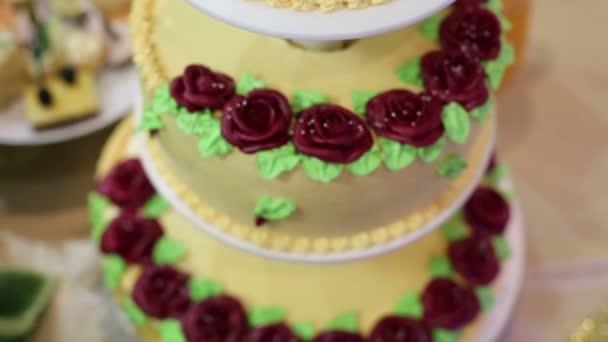 Kuchen von drei Etagen bei einer Hochzeit. Auf dem Tisch der Braut und Bräutigam ist eine schöne große Kuchen von 3 Stufen.