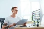 Webdesigner, der im Büro an einem Designprojekt arbeitet. Man erstellt Webdesign auf dem Computer. hohe Auflösung