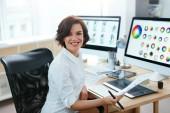 Žena návrhář pracující na počítači v kanceláři. Žena pracuje na Web Design projektu s ilustracemi. Vysoké rozlišení