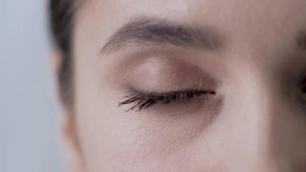 Doplňky na líčení očí Closeup, Žena dotýká kůže pod okem