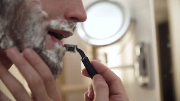 Muži čelí péči o vlasy. Mužské holení vousů s detailním Razor
