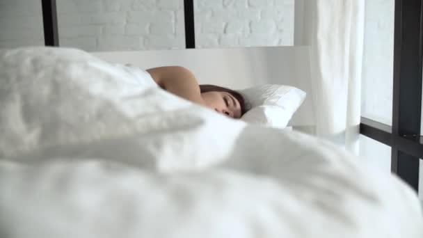 Šťastná žena, Waking Up v pohodlné postele s bílým ložním prádlem