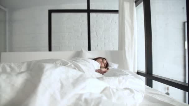 Gesunder Schlaf. Glückliche Frau Waking Up im Bett mit weißen Bettwäsche