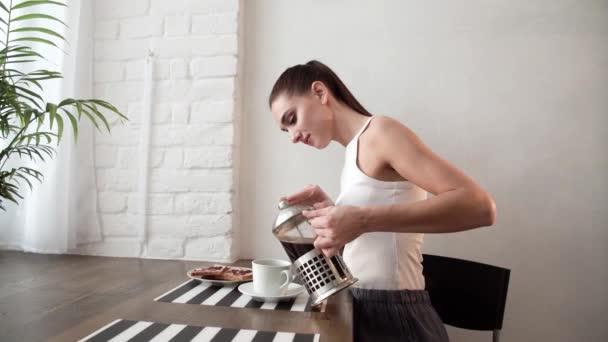 Snídaně. Žena pít kávu ráno