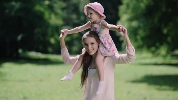 Rodinná zábava. Matka a dcera, hrát a smát v parku