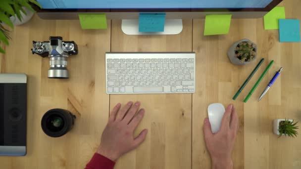 Fotograf arbeitet am Computer mit PC-Maus flach lag