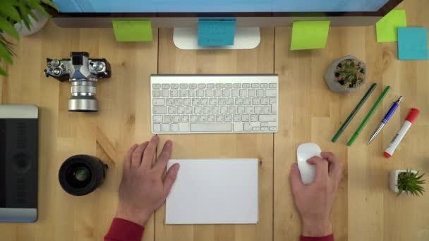 Muž ruce pracují na počítači na pracovišti ploché Lay Closeup