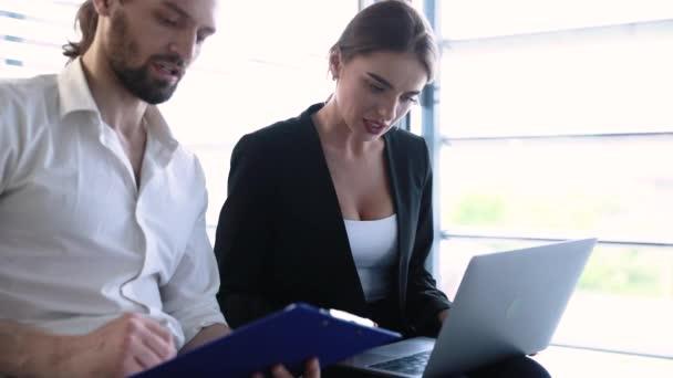 Geschäftsstelle. Mann und Frau arbeiten am Computer