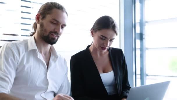 Obchodní kancelář. Muž a žena pracující na počítači